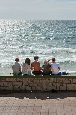 Kinder auf einer Mauer am Meer - p1437m1502336 von Achim Bunz