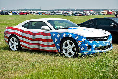 Sports car with stars and stripes varnish - p229m1138286 by Martin Langer