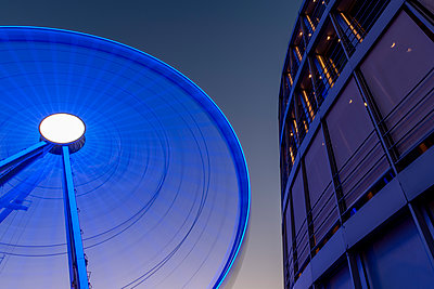 Ferris wheel with modern architecture - p401m2210761 by Frank Baquet