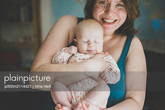 Happy mother holding her baby daughter - p300m2114421 von Irina Heß