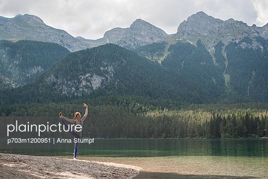 Lago di Tovel - p703m1200951 von Anna Stumpf