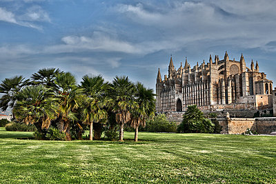 Spain, Palma, Mallorca, View of cathedral Santa Maria - p300m752471f by Roman Märzinger