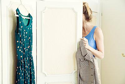 Anziehen - p904m1133625 von Stefanie Päffgen