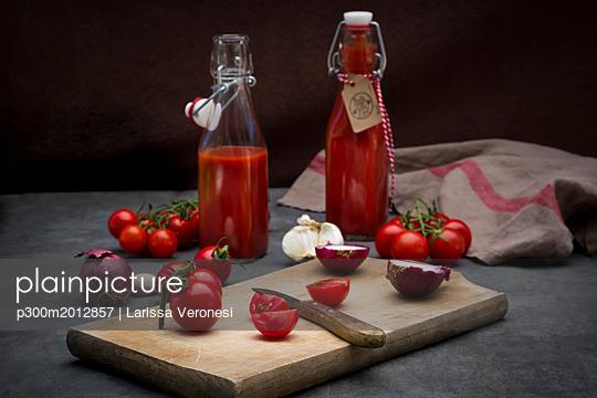 Homemade tomato ketchup - p300m2012857 von Larissa Veronesi