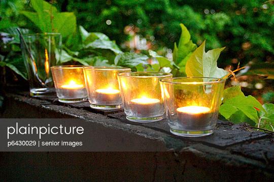 Teelichter auf einem Balkon  - p6430029 von senior images