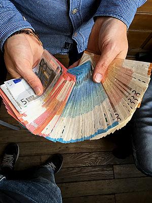 Mann mit Euro Geldscheinen - p1189m2263816 von Adnan Arnaout