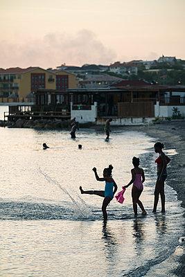Mädchen am abendlichen Strand - p1564m2142582 von wpsteinheisser