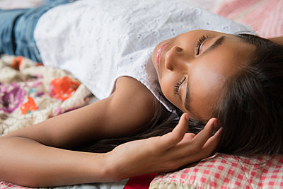 Mixed Race girl laying on bed napping - p555m1303870 by JGI/Jamie Grill
