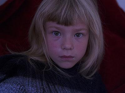 Portrait of blond girl - p945m1161590 by aurelia frey