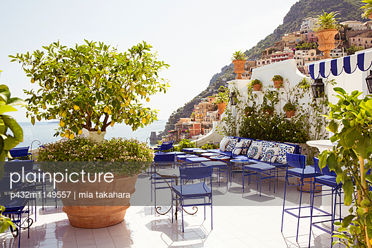 Cafe mit Ausblick in Positano - p432m1149557 von mia takahara