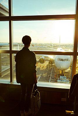 Frau wartet auf Abflug - p432m1181457 von mia takahara