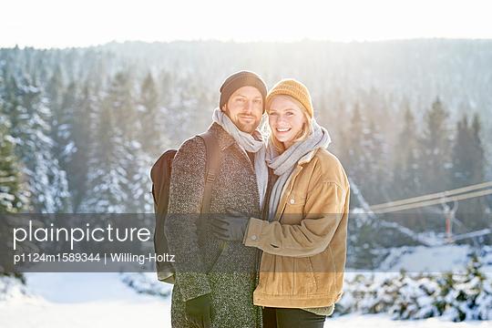 Junges Paar im Winterurlaub - p1124m1589344 von Willing-Holtz