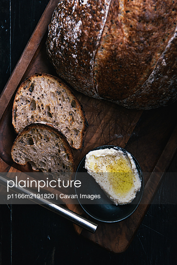 Fresh made bread and butter at organic restaurant in upstate New York - p1166m2191820 by Cavan Images