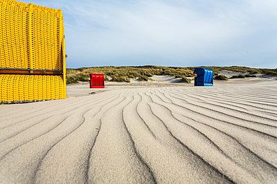 Strandkörbe am Strand, Juist, Ostfriesische Inseln, Nordsee, Ostfriesland, Niedersachsen, Deutschland, Europa - p1316m1160679 von Konrad Wothe