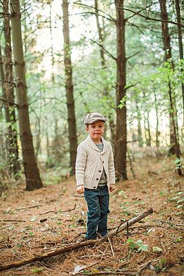 Junge mit Schiebermütze im Wald - p1361m1497308 von Suzanne Gipson