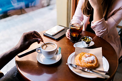 Boyfriend and girlfriend having drinks in cafe - p300m2220713 by Ezequiel Giménez