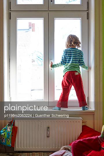Mädchen am Fenster - p1198m2063224 von Guenther Schwering