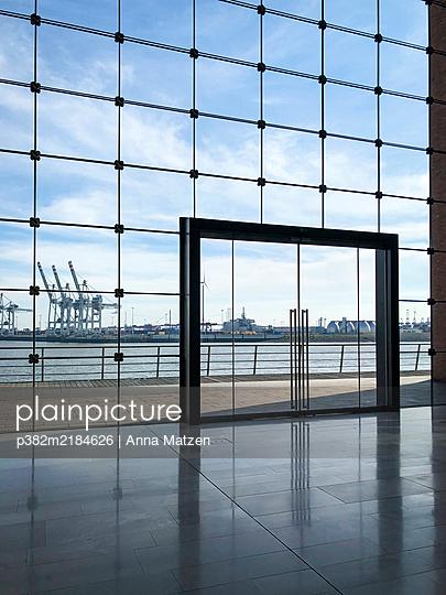 Modern architecture at the port of Hamburg - p382m2184626 by Anna Matzen
