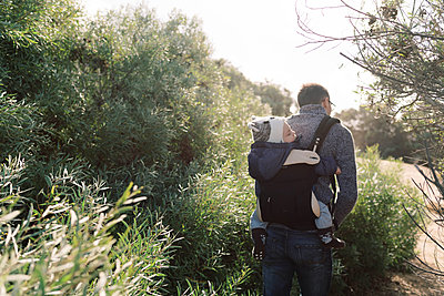 A young father babywearing his son during a hike in Southern Cali. - p1166m2151832 by Cavan Images