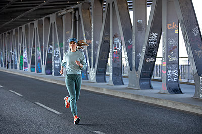 Woman jogging in Hamburg - p1678m2262225 by vey Fotoproduction