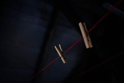 Zwei Wäscheklammern aus Holz an einer Wäscheleine - p586m933160 von Kniel Synnatzschke