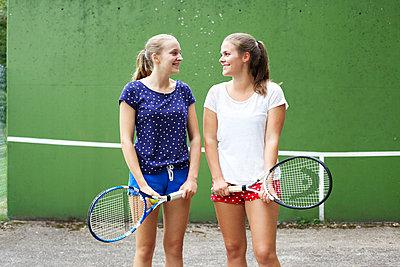 Zwei Tennismädels - p606m856051 von Iris Friedrich