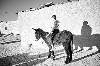 Junge auf Esel - p887m1124774 von Christian Kuhn