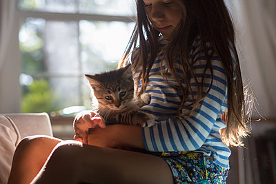 Girl with kitten sitting on lap - p924m1480525 by Kinzie Riehm
