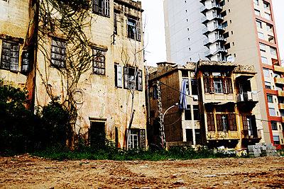 Neue und alte Häuser in beirut - p979m1206605 von Stefan Klüter