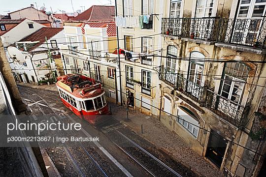 Portugal, Lisboa, Alfama, Electrico at Rua Escolas Gerais - p300m2213667 by Ingo Bartussek