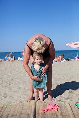 Oma mit Enkelin am Strand - p505m918732 von Iris Wolf