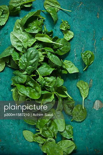 Spinach leaves on green background - p300m1587210 von Achim Sass