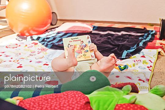 Baby auf der Decke - p978m2082102 von Petra Herbert