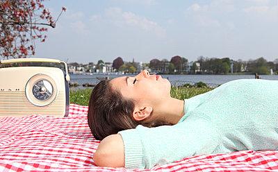 Picknick auf der Alsterwiese - p045m813658 von Jasmin Sander