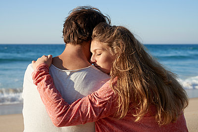 Young couple on beach - p1124m1508602 by Willing-Holtz