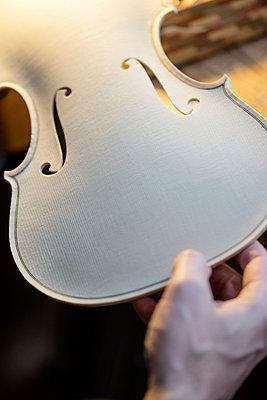 Männerhand hält eine Geigendecke - p1212m1203315 von harry + lidy