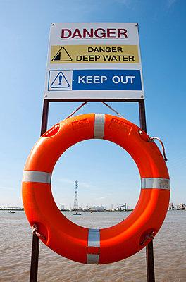 Rettungsring mit Strommast im Hintergrund, England, Großbritannien - p1316m1160668 von Harald Eisenberger