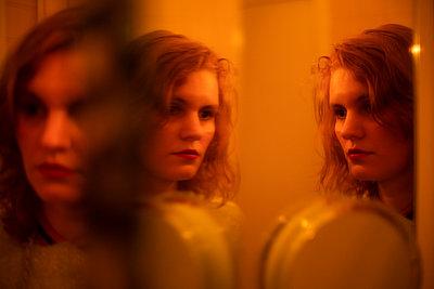 Spiegelbild einer Frau - p1321m2182596 von Gordon Spooner