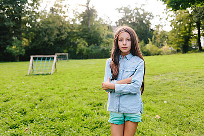 Dark-haired girl on lawn - p586m1109404 by Kniel Synnatzschke