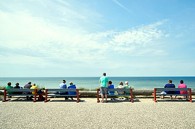 Tourists on benches on coastal promenade - p851m1116279 by Lohfink