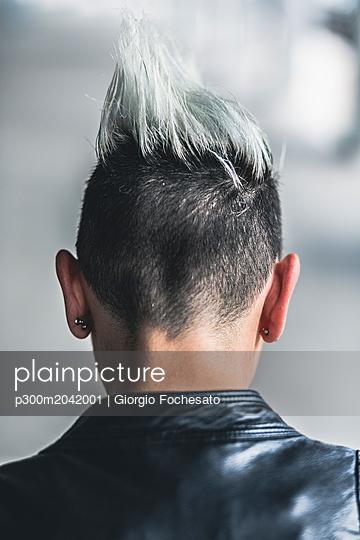 Rear view of punk woman with mohawk haircut - p300m2042001 von Giorgio Fochesato