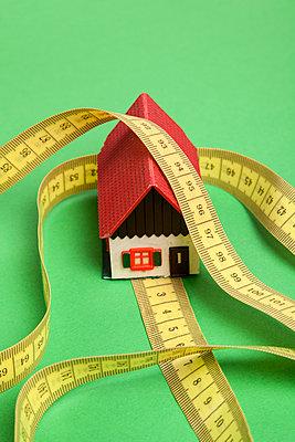 Haus und Maßband - p1021m1223471 von MORA
