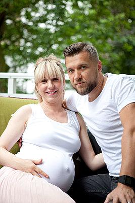 Schwangere Frau mit Partner - p1195m1474916 von Kathrin Brunnhofer