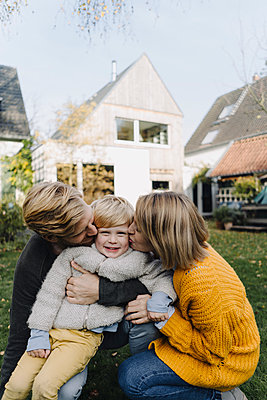 Happy affectionate family in garden - p300m2166651 by Kniel Synnatzschke