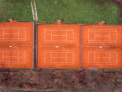 Tennis courts, aerial view - p586m1104970 by Kniel Synnatzschke