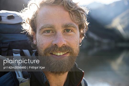 Junger Mann an Bergsee - p1142m2056460 von Runar Lind