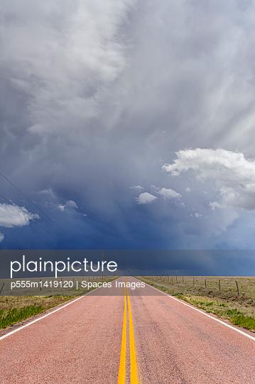 plainpicture | Photo library for authentic images - plainpicture p555m1419120 - Storm clouds over open road... - plainpicture/Blend Images/Spaces Images