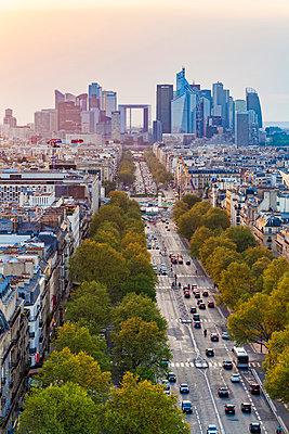 France, Paris, cityscape with Avenue de la Grande Armee and La Defense - p300m2059516 by Werner Dieterich