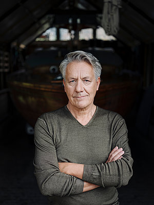 Portrait of a senior man in a boathouse - p300m2155053 by Gustafsson