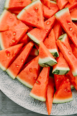 Watermelon on plate - p312m2050097 by Linda-Pauline Arousell